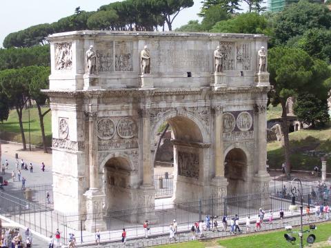 Fotografia: Łuk Konstantyna – monumentalna brama upamiętniająca triumf cesarza