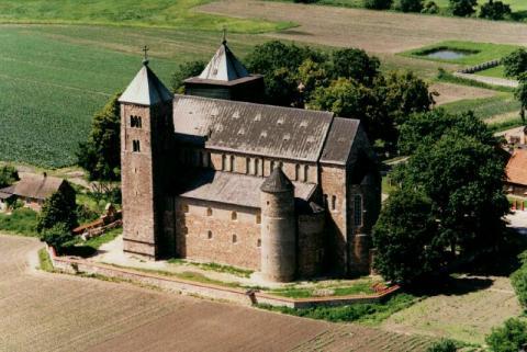 Fotografia: Bryła świątyni romańskiej na przykładzie kolegiaty Najświętszej Marii Panny i św. Aleksego w Tumie pod Łęczycą