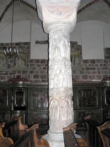 Fotografia: Kolumna z klasztoru norbertanek w Strzelnie (kapitel kostkowy)